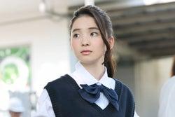 哀川翔の次女・福地桃子、映画デビューで初主演 瑞々しい制服カット×インタビュー<あまのがわ>