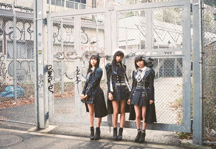 (左から)倉野尾成美、小栗有以、市川美織(C)AKS/TAKARAJIMASHA