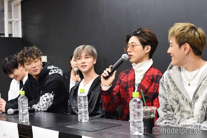 (左から)CHAN、BOBBY、JAY、B.I、DK (C)モデルプレス