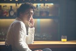 安藤政信 (C)「神酒クリニックで乾杯を」製作委員会2019