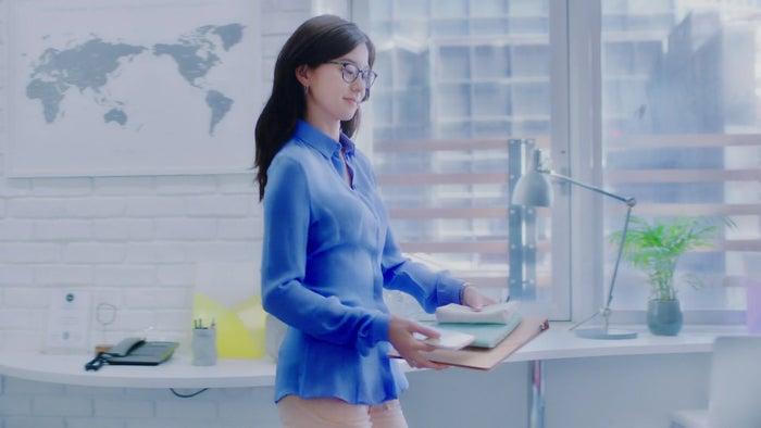 朝比奈彩/WEB動画「そのブラは、私の一日をしばらない」より(提供写真)