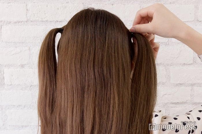 サイドの髪の毛を耳よりも高い位置でハーフツインテールに (C)モデルプレス