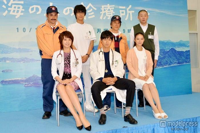 (前列左から)藤原紀香、松田翔太、武井咲(後列左から)植野行雄(デニス)、福士蒼汰、寺島進、荒川良々