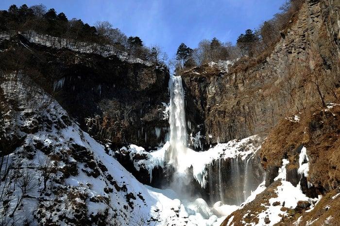 冬の日光なら普段は勢い良く流れる水流が美しく凍りついた姿を見られるかも/Photo by 公益社団法人栃木県観光物産協会