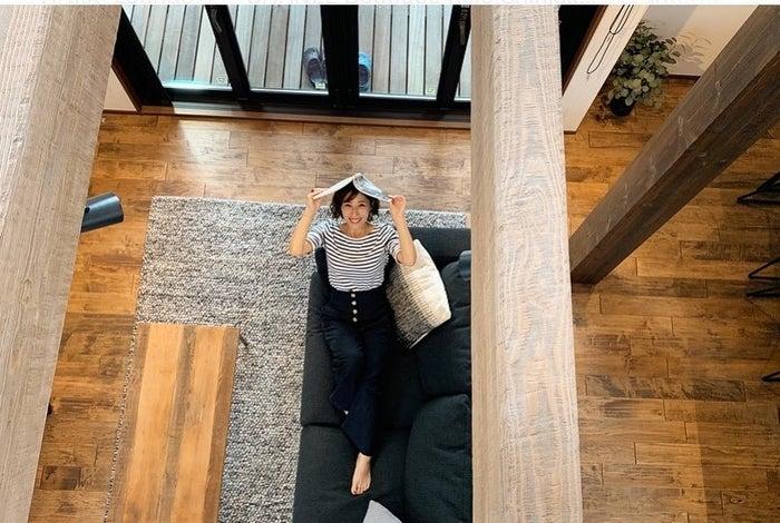 無垢フロアを使用したシックなカフェ風空間でくつろぐ山田千尋さん/ユニバーサルホーム市原店