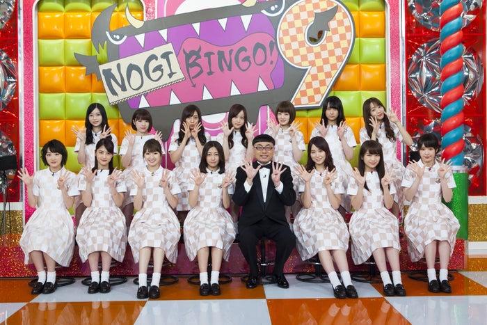 乃木坂46とイジリー岡田(C)「NOGIBINGO!9」製作委員会