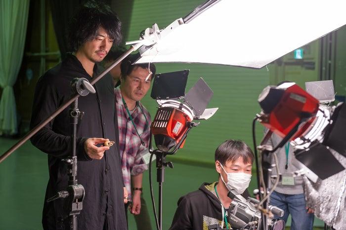 「追憶のかたつむり」撮影中の斎藤工(C)NHK