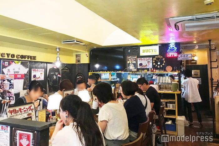 スタッフみんな和気あいあいとした「KAKO BUCYO COFFEE」の店内風景 (C)モデルプレス