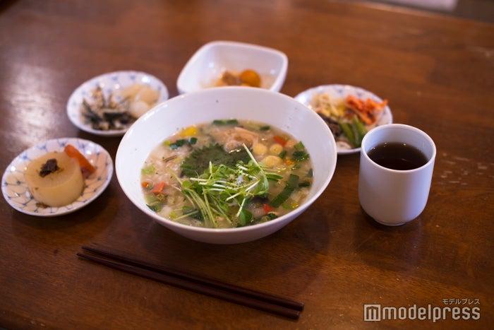 メニューは京雑炊(400円、卵入り450円)とおにぎりとシンプル(C)モデルプレス