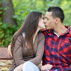 気になるなら抱きついて!キスでチェックする「2人の相性テスト」
