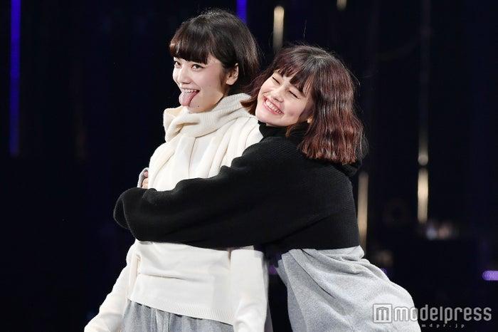 「第23回 東京ガールズコレクション2016 AUTUMN/WINTER」に出演した(左から)小松菜奈&emma(C)モデルプレス