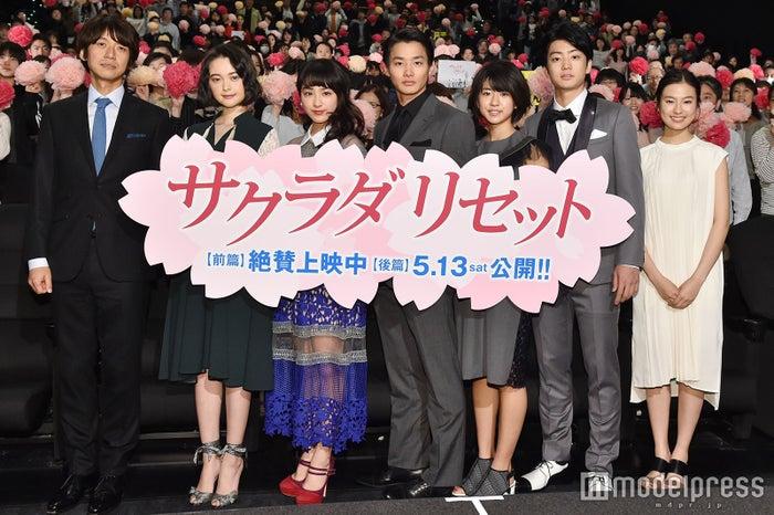 (左から)深川栄洋監督、玉城ティナ、平祐奈、野村周平、黒島結菜、健太郎、恒松祐里 (C)モデルプレス