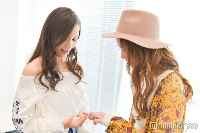ネイルを見せ合う歌姫二人(左から)Anly、Leola (C)モデルプレス