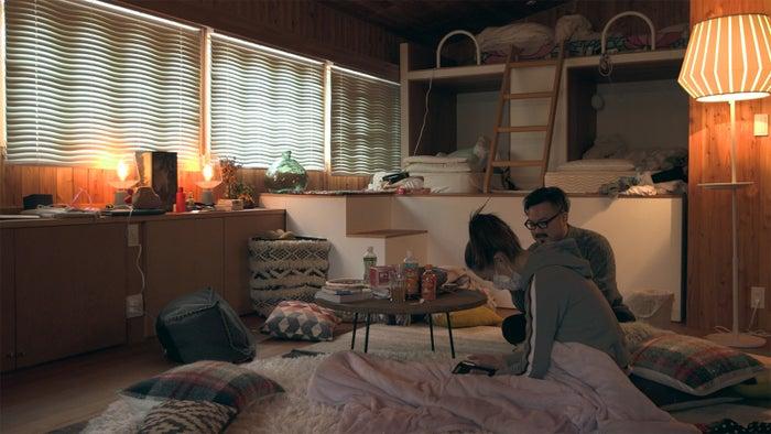 女子部屋に理生が訪ねてくる「TERRACE HOUSE OPENING NEW DOORS」46th WEEK(C)フジテレビ/イースト・エンタテインメント