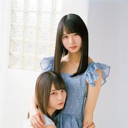 日向坂46小坂菜緒&上村ひなの、抱き合う密着ショットで魅了