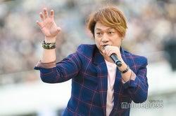 歌いながら様々なポージング/香取慎吾 (C)モデルプレス