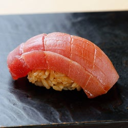 銀座で「赤酢の鮨」ならここ! うまみたっぷり「将太のデカシャリ握り」が昼から味わえる『鮨とかみ』
