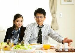 哀川翔(右)、実の娘である福地桃子(左)とドラマ初共演(C)テレビ東京【モデルプレス】