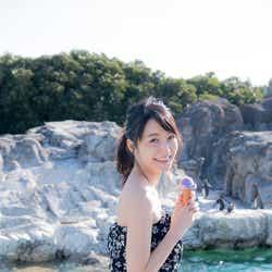 ペンギンの水槽前で撮影/深川麻衣『MY magazine』より(画像提供:宝島社)