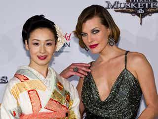 ミラ・ジョヴォヴィッチ、胸元ざっくりセクシードレスで檀れいと初対面