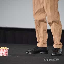 田中圭が持参したポップコーンと田中圭の足(C)モデルプレス