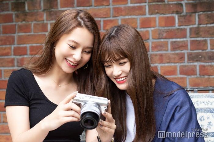 姉妹のように撮影を楽しむ2人(C)モデルプレス