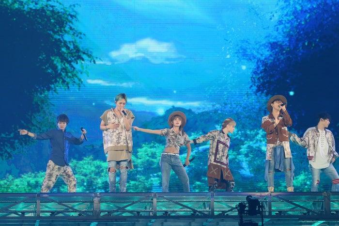 AAA(左から)西島隆弘、浦田直也、宇野実彩子、末吉秀太、與真司郎、日高光啓(画像提供:avex)