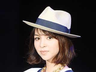 モデル鈴木サチ、大人可愛い初夏コーデで爽やかランウェイ