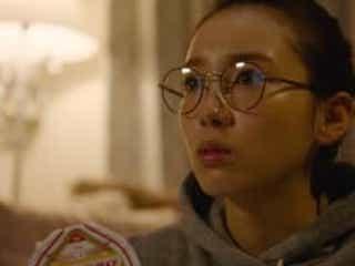 メガネにお団子でカップラーメンをすする…飯豊まりえのおうちスタイルが可愛すぎると話題に 「僕だけが17歳の世界で」