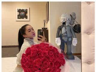 """MEGBABY、パートナーの三代目JSB ELLYからバラの花束 """"8年目のバレンタイン""""が「素敵」「愛を感じる」と話題"""