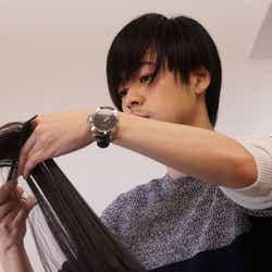 """モデルプレス - こんな美容師いたら毎日通う 3クール連続連ドラ出演の成田凌、""""免許持ち""""の本格美容師シーン公開"""