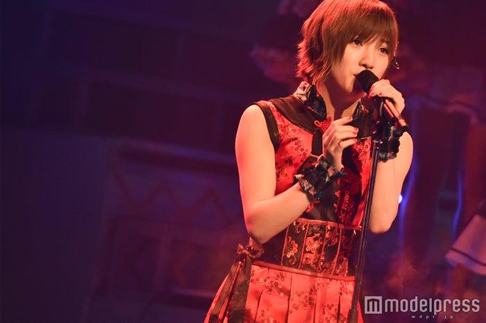 ソロ曲「コイントス」を歌唱する岡田奈々「AKB48グループリクエストアワー セットリストベスト100 2018」 (C)モデルプレス
