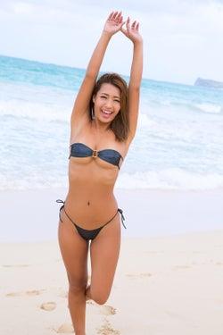 """モデルプレス - """"日本一黒いグラドル""""橋本梨菜、極小ビキニで美ボディ開放 ハワイで弾ける"""