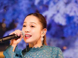 西野カナ、デビュー10周年イヤー振り返る「夢も叶った充実した1年」 巨大ホワイトツリーバックに歌唱