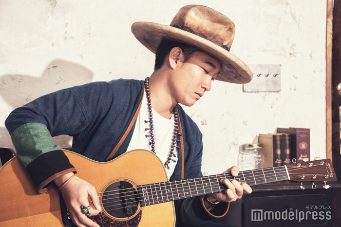 撮影中にギターを弾いてくれた平井 大(C)モデルプレス