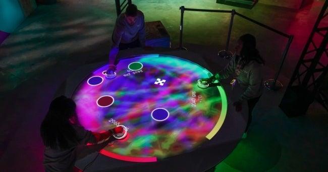 未来のゲームセンター「A(i)R Hockey (エーアール エアーホッケー)」/画像提供:ソニー