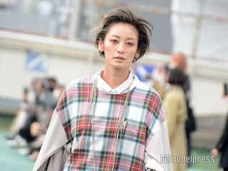 西山茉希、クールな表情で颯爽ランウェイ