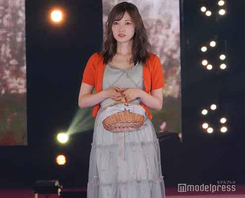 乃木坂46白石麻衣、美脚チラリのモテコーデで女神の微笑み<GirlsAward 2018 S/S >