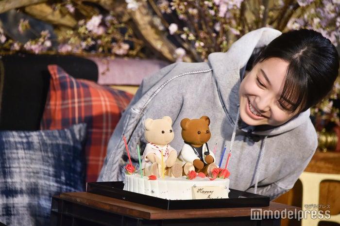 天堂&七瀬モチーフのクマが乗ったバースデーケーキ (C)モデルプレス