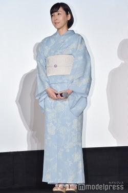 ライトブルーで上品&涼しげに/麻生久美子 (C)モデルプレス