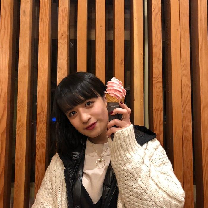 地元、鹿児島の阿久根駅での1枚。私の大好きなアイスとイチゴが入った あまおういちごと/山出愛子 (提供写真)