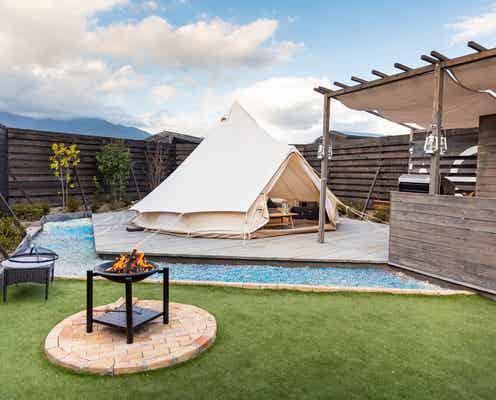 山梨に独立型グランピング「The Villa Glamping」焚火スペース&バスタブ付の広々空間