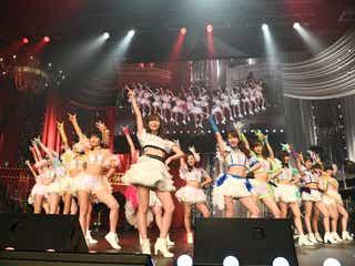"""モーニング娘。'17、AKB48コンサートにサプライズ登場 指原莉乃と""""サシニング娘。初披露<第7回AKB48紅白対抗歌合戦>"""