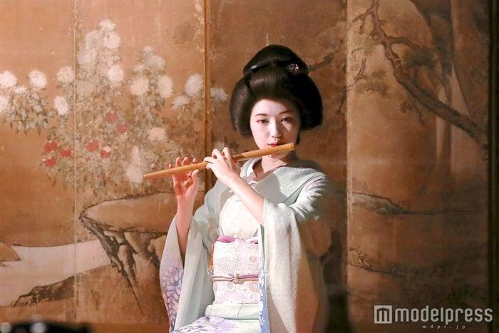 艶やかな芸者姿で大人渡辺麻友(画像提供:テレビ朝日)
