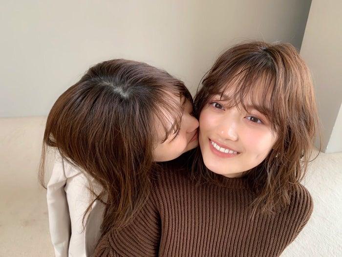 松村沙友理にキスされる山下美月(提供写真)
