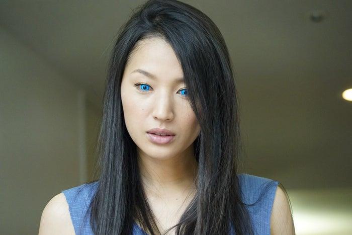 青い瞳の真壁永久役を演じる芦名星(C)関西テレビ