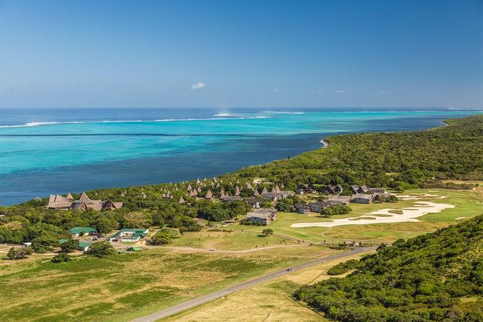 丘から見渡す一大パノラマ/ラグーンは眺めているだけで爽やかな風が吹くような絶妙な青色が印象的(C)S. Bedaux / NCTPS