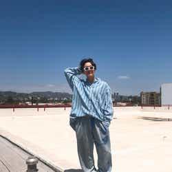 """モデルプレス - BTS(防弾少年団)J-HOPE、""""ハイセンス過ぎる""""個性的ファッションが話題 LA到着を報告"""