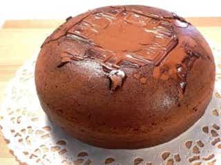 表面サクサク、なかしっとり!グルグル混ぜて炊飯器で完成「焼きチョコのココアケーキ」