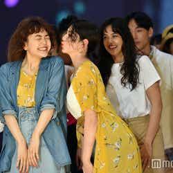 モデルプレス - 三吉彩花&松井愛莉がキス!?仲良しランウェイで沸かす<札幌コレクション2017>
